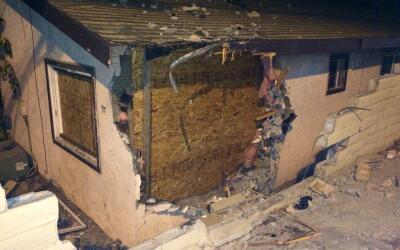 El automóvil atravesó un muro, la pared de la casa y cayó sobre la cama.