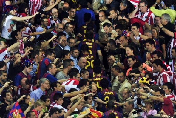 Los aficionados querían una foto de sus jugadores.