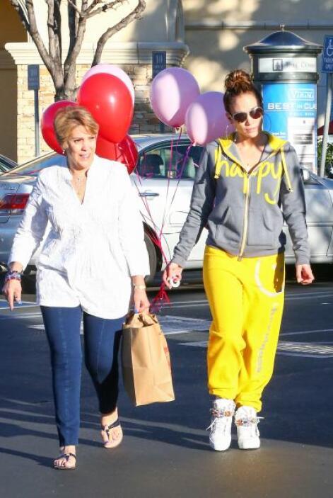 Jennifer Lopez y su mami. Mira aquí los videos más chismosos.