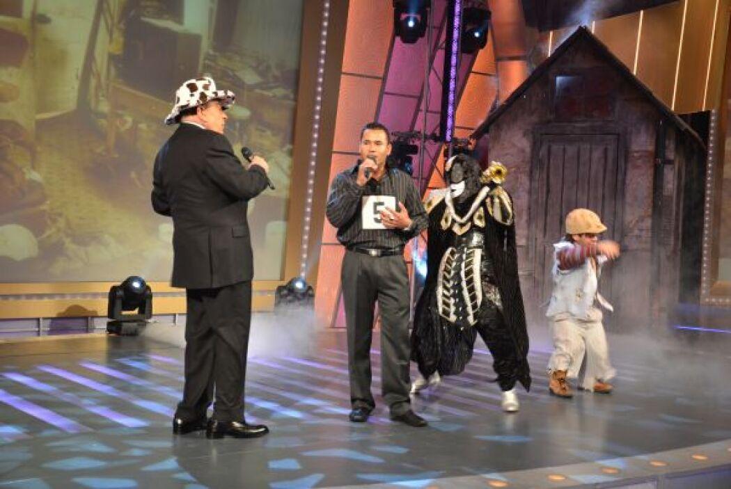 """Marvin Urbina se enfrenta al Chacal de la trompeta cantando """"Es la mujer""""."""