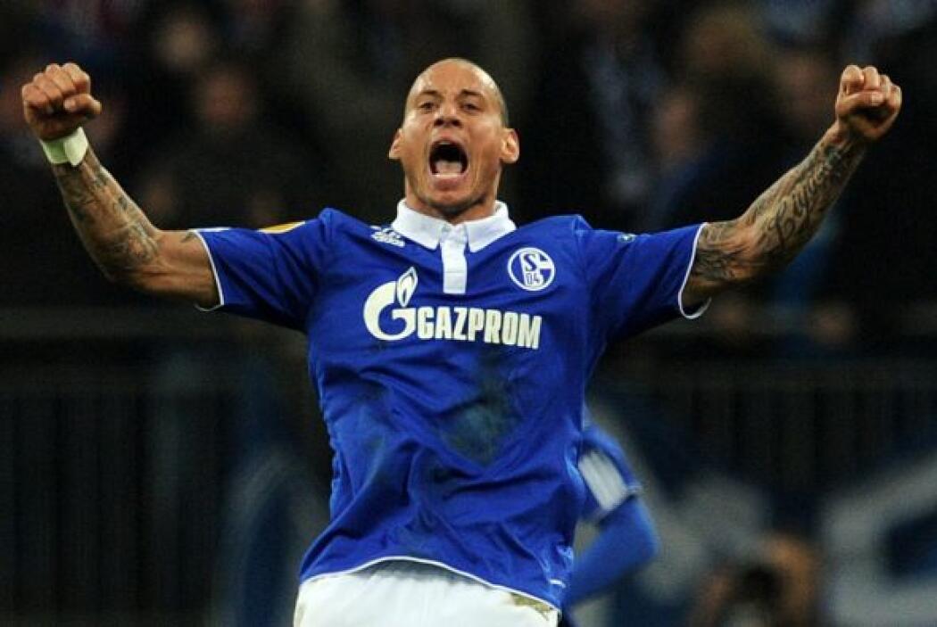 Jermaine Jones también convirtió para el Schalke, que ya ganaba 3-1 y as...