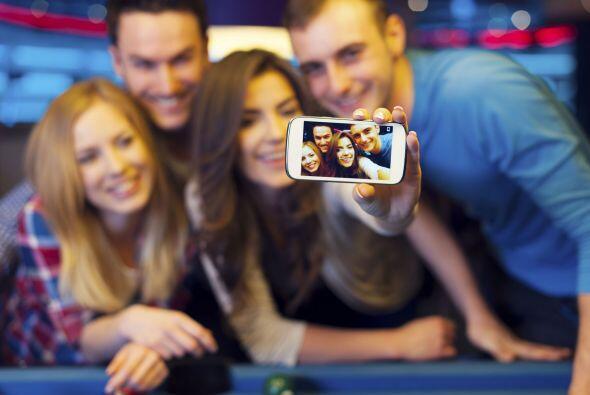 Toma fotos de la fiesta y compártelas con tus invitados en las re...