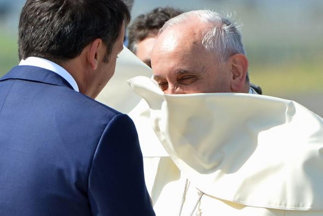 El papa Francisco se despide del primer ministro italiano, Matteo Renzi,...