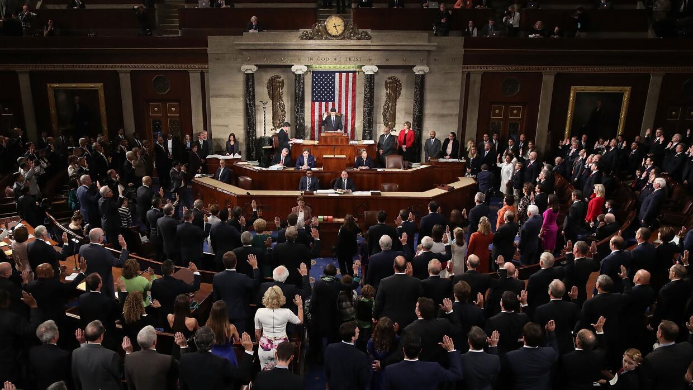 El presidente de la Cámara Paul Ryan en la jura a los nuevos miembros de...