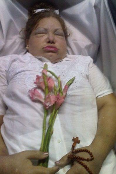El cuerpo de Laura Pollán, vestido por el Reverendo Ricardo Medina Salav...