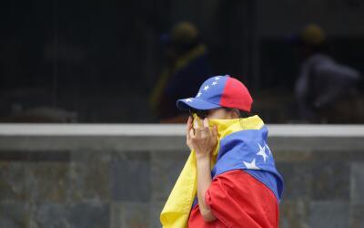 Venezolana manifestando contra el gobierno de Maduro