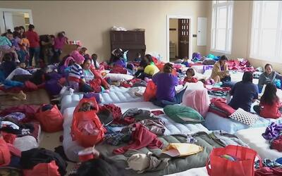Liberan a más 500 madres y niños indocumentados en tres centros de deten...