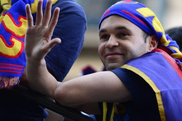 Andrés Iniesta saludaba a cuanto aficionado le gritaba.