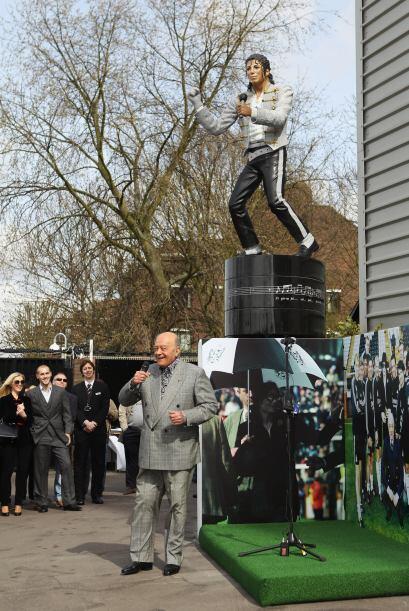 """De hecho, Al Fayed bailó junto con niños frente a la estatua del """"Rey de..."""