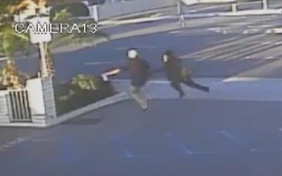 Indignantes imágenes muestran cómo un hombre le roba de manera violenta...