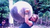 ¿De dónde son las esferas metálicas que caen del cielo?