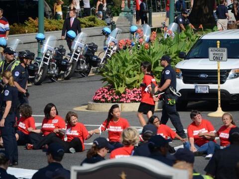 Aproximadamente 100 mujeres fueron detenidas después de que bloqu...