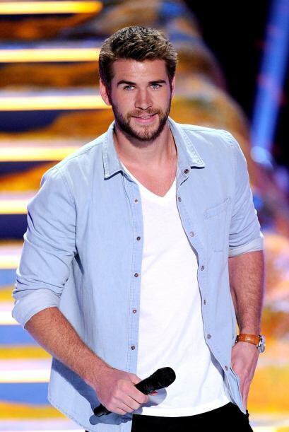 Liam Hemsworth también estuvo presente para anunciar una categoría.  Mir...