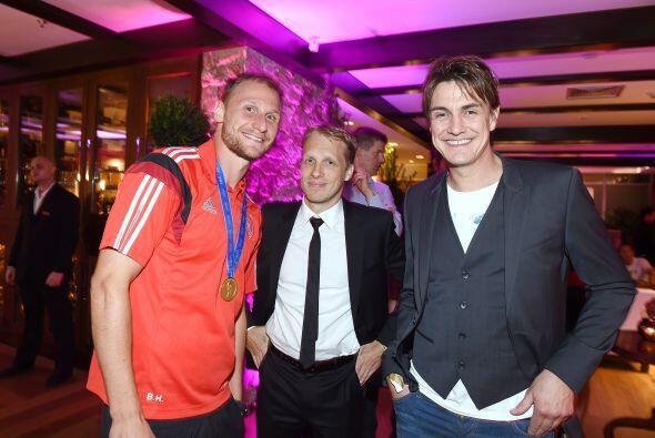 Benedikt Howedes posando junto a algunas personalidades en el festejo te...