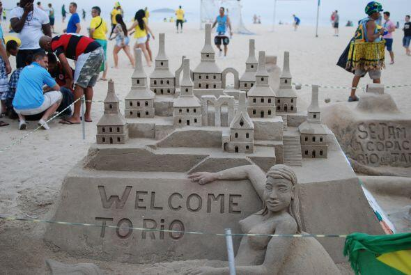 Con esta bella escultura de arena se le da la bienvenida a los visitantes.