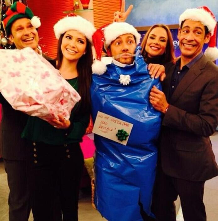 """""""Envolviendo regalos de Navidad en @DespiertaAmericaTv ☀#Univision"""", bro..."""