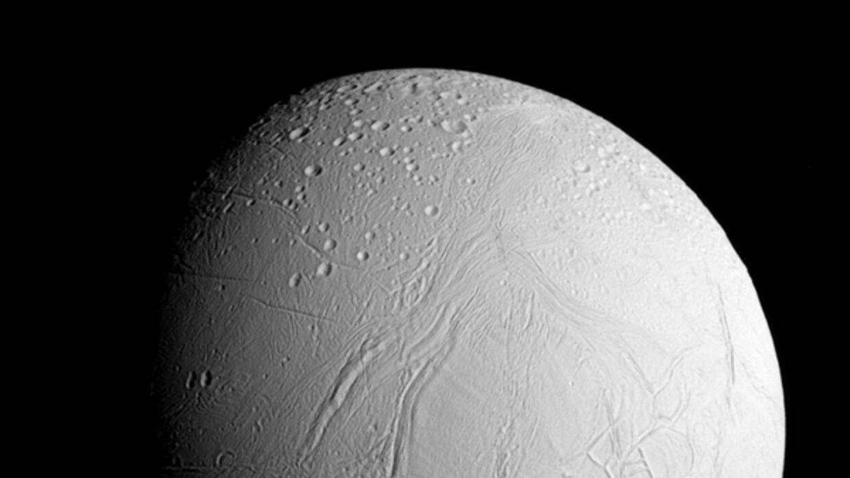La nave Cassini envía las primeras imágenes de la luna helada de Saturno...