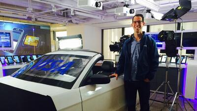 Ron Hirson, jefe de productos de DocuSign con el demo de auto conectado