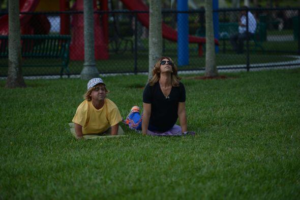 Padre e hijo disfrutaron de unos momentos de relajación haciendo yoga al...