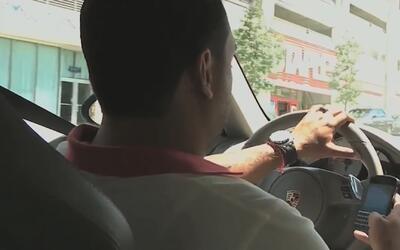 Evite utilizar el teléfono celular mientras conduce y cuídese de ocasion...