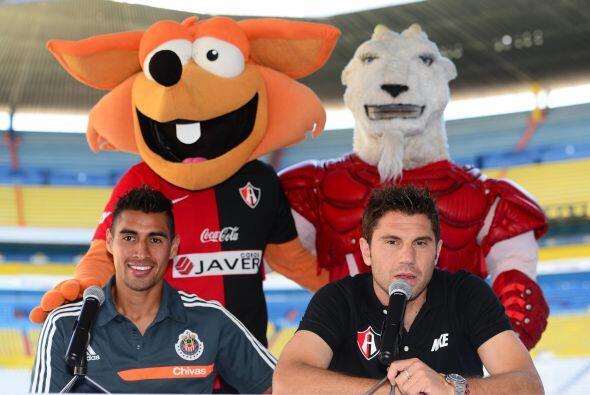 Las mascotas tanto de Chivas como de Atlas se mezclaron con los jugadore...