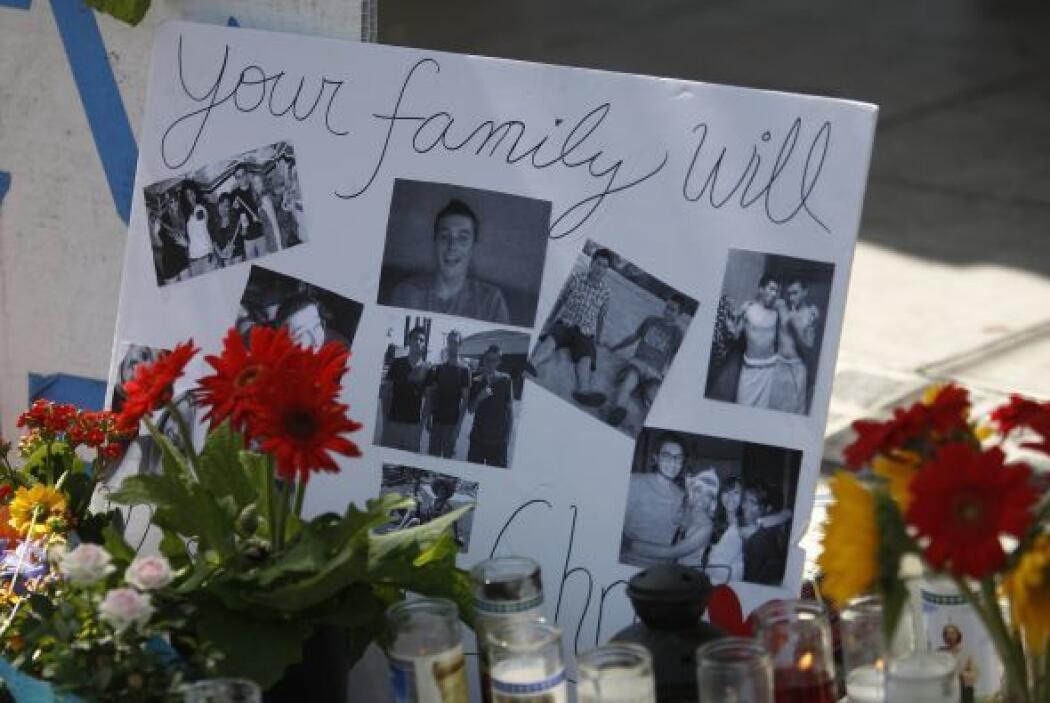 Otros rendían honor a las víctimas con fotografías.