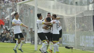 Colo Colo golea a la Universidad Católica y se consolida en el li...