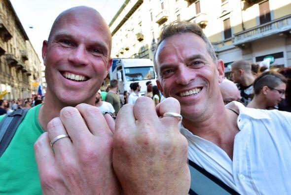 Una pareja muestra sus anillos durante la marcha organizada en Milán.