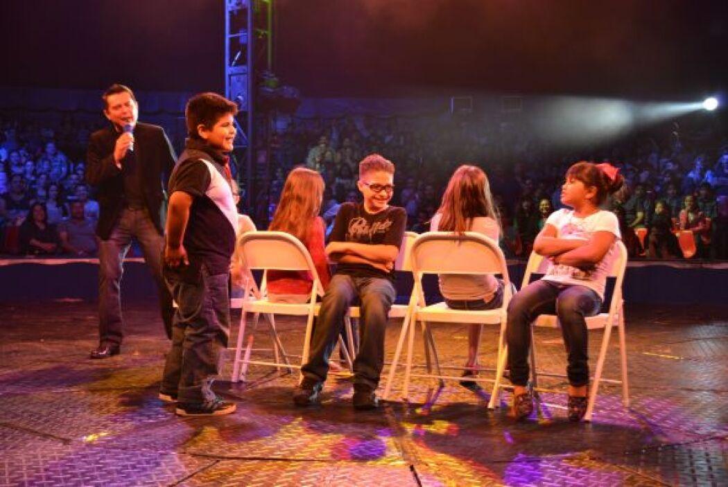 Uno de los juegos fue el de la sillas musicales, donde los chicos circul...