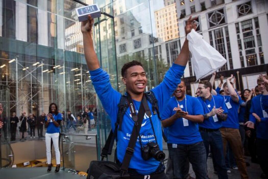 En Nueva York un cliente sale feliz de una tienda de Apple ubicada en la...
