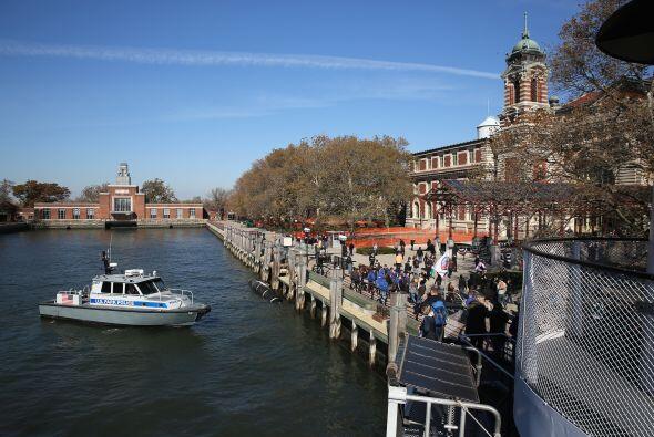 La isla Ellis de Nueva York, situada junto a la estatua de la Libertad,...