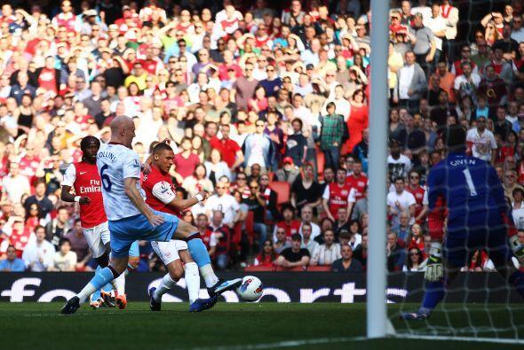 Kieran Gibbs abrió el marcador gracias a un error del portero del...