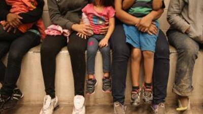 Niños indocumentados solos en un centro de detención temporal de la Patr...