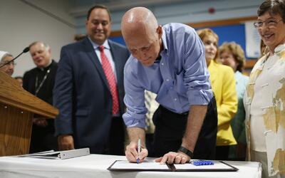 Rick Scott firma una ley que recortará impuestos a familias y negocios e...