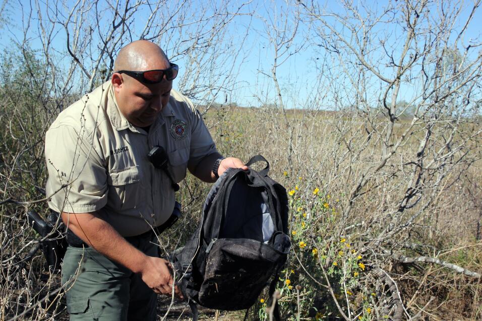 Gómez, de 32 años, inspecciona una mochila con algunas pertenencias, pre...