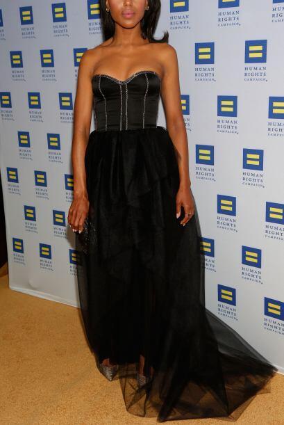 Kerry  crea un buen contraste entre los sexy de este vestido de Jason Wu...