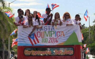 En una caravana para celebrar la Fiesta Olímpica, los atletas que...