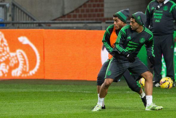 Vela y Jonathan peleando a topa el balón, los mexicanos no se guardaron...