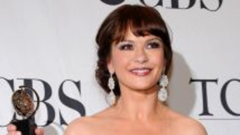 Catherine Zeta-Jones con su premio en la 64ª entrega anual del Tony en e...