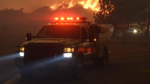 Incendio de Santa Clarita amenaza 1,500 casas en el condado de Los Ángeles