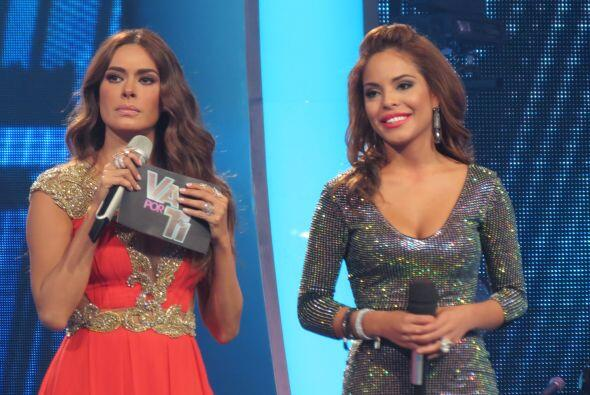 Galilea con Yesenia en el escenario.