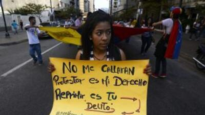 Una mujer protesta en contra del presidente Nicolás Maduro en una marcha...