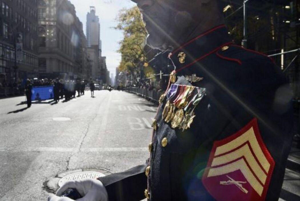 Un sargento retirado observa el desfile del Día de los Veteranos.