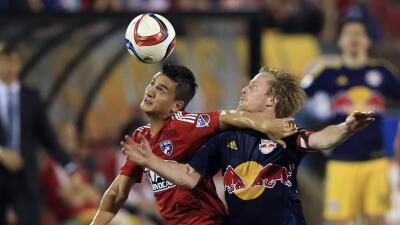 Mauro Díaz disputa un balón con Dax McCarty