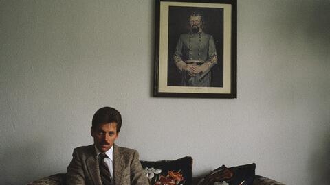 David Duke posa junto a una imagen del fundador del Ku Klux Klan en la d...