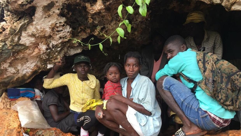 En video: Encuentran a decenas de familias hambrientas en una cueva de H...