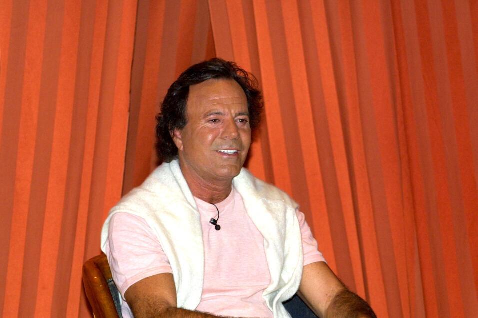 Julio Iglesias sacaba suspiros con el tema musical 'Con la misma piedra'.