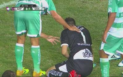 Agustín Marchesin cae brutalmente en el Saprissa vs Santos