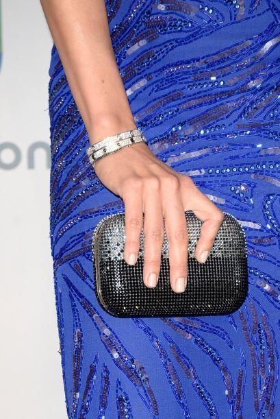 La famosa lució una increíble 'clutch' en color plata y negro. Una de la...