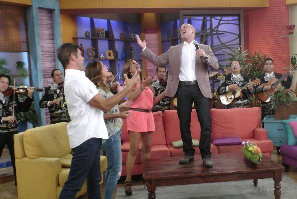 No pasó mucho tiempo para que todos se pusieran a bailar y cantar...